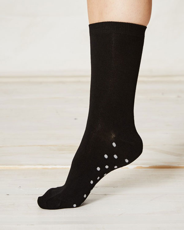 ls157-solid-black-bamboo-socks-close-2_4