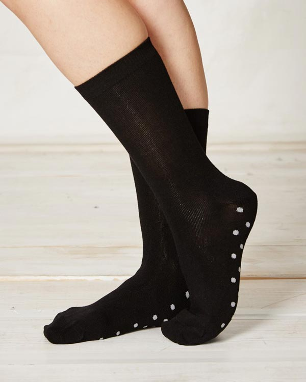 ls157-solid-black-bamboo-socks-close_4